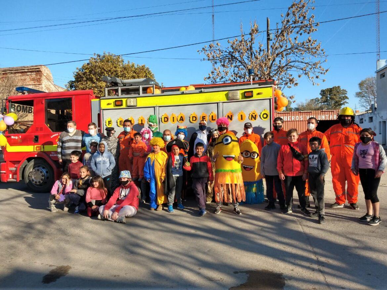 Balnearia – Bomberos Voluntarios recorrió las calles de la localidad repartiendo golosinas a los niños